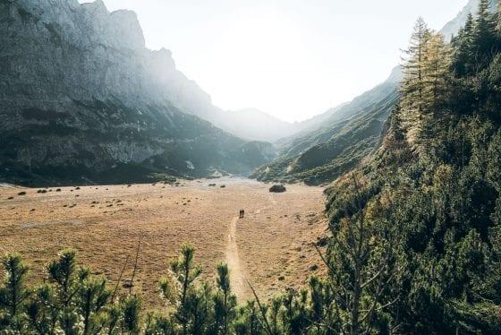 Wandern auf Wiese neben Berg
