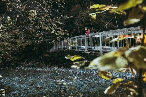 Brücke über Fluss auf Etappe 1