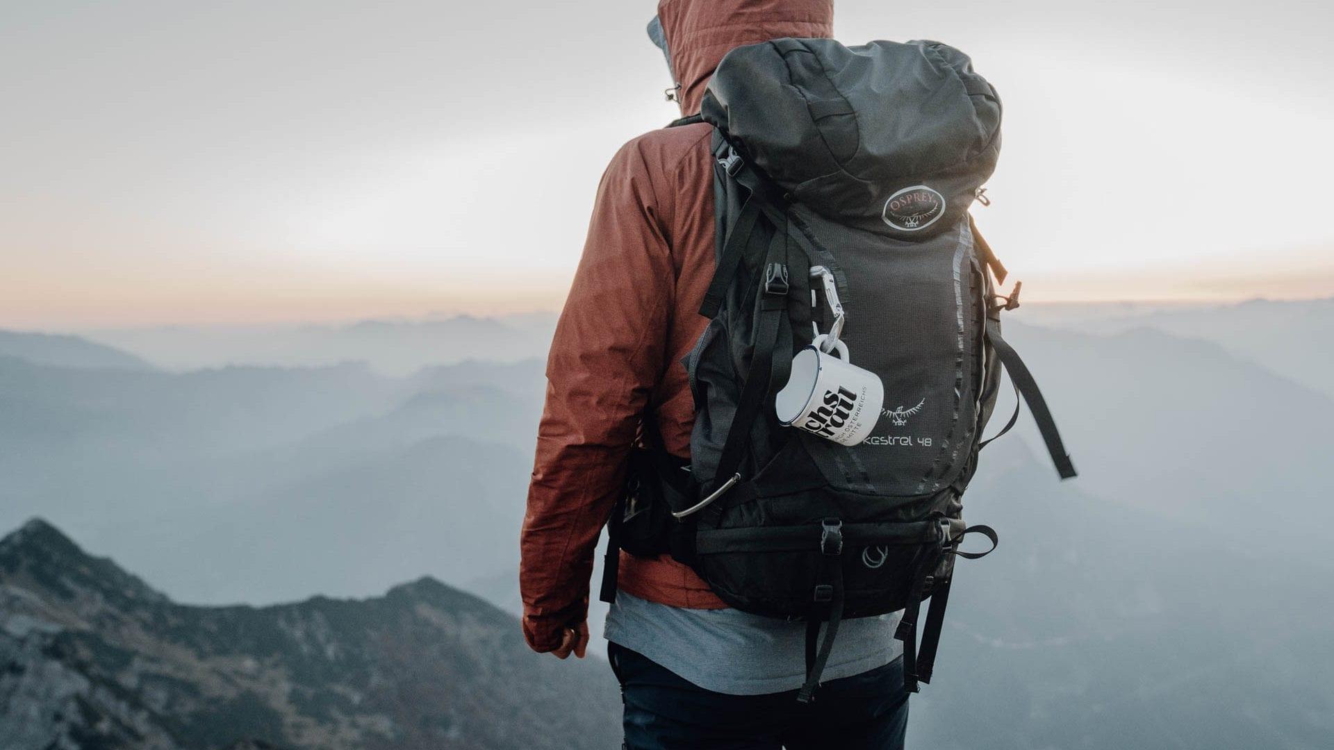 Mensch hält Ausschau vom Berg auf Etappe 7
