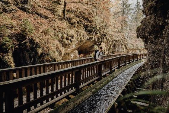 Brücke mit paralleler Wasserführung aus Holz