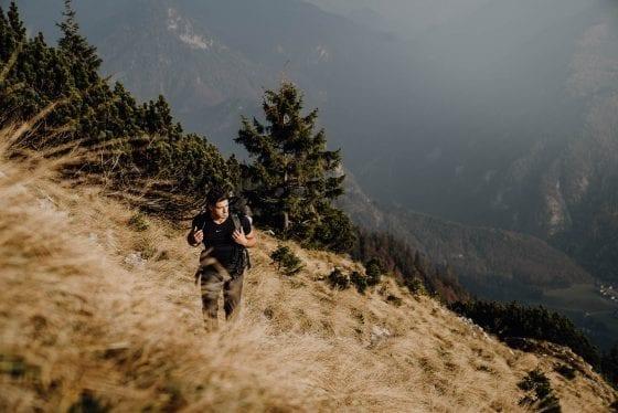 Wanderung über ein offenes, steiles Feld auf Etappe 9
